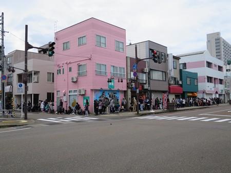 とんかつ大矢 17日の開店直前に撮影した行列の様子