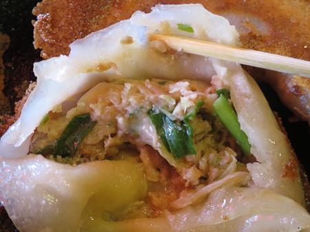 上海大食堂 鉄鍋餃子3ヶ 中身の様子