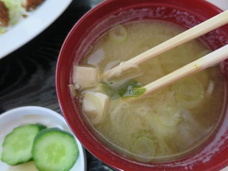 橋場食堂 とんかつ定食 味噌汁 具材の様子