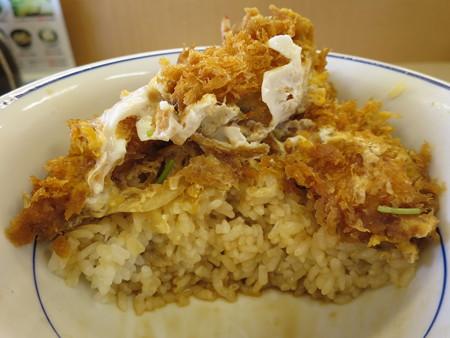 かつや上越店 サクサク牡蠣フライの海鮮合い盛り丼(期間限定) 断面図
