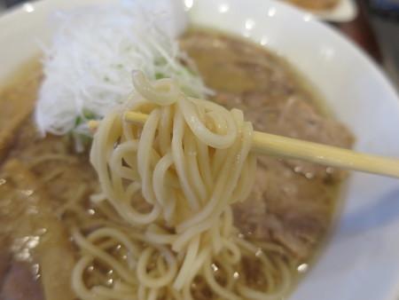 中華そば煮干屋 上越醤油チャーシューめん 背脂トッピング 麺アップ
