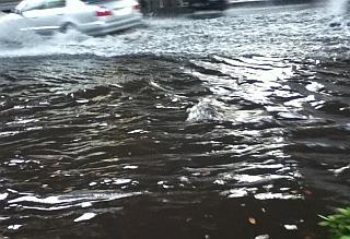 写真: 今朝の甲州街道の冠水です。...