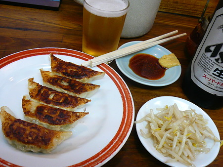 亀戸餃子 両国店 ぎょうざ(1皿5ヶ) 250円とビール 大瓶(アサヒスーパードライ) 550円