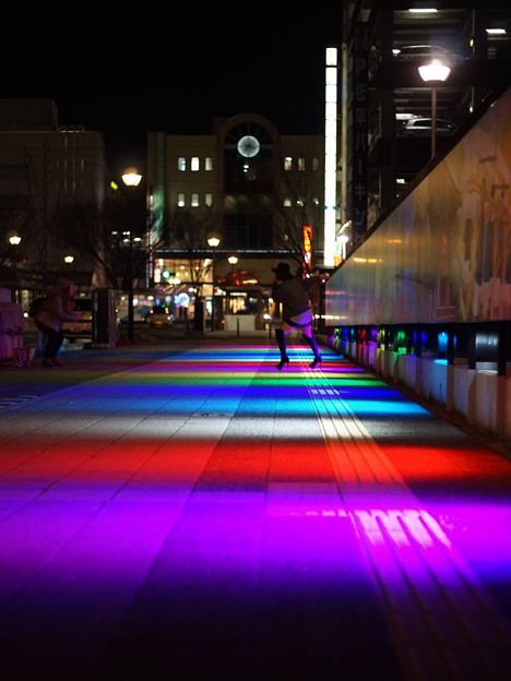 写真: 虹色の道