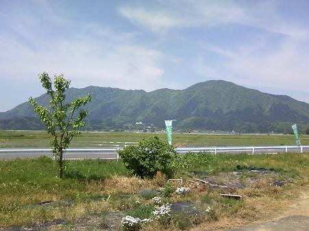 新潟市西蒲区夏井から見た弥彦山