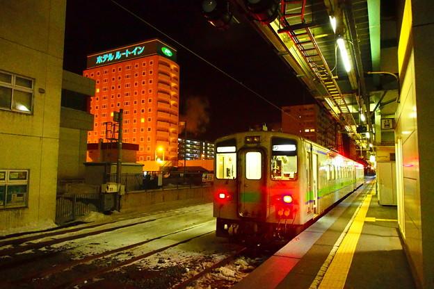写真: 苫小牧駅の夜