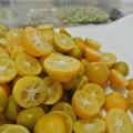 金柑の蜂蜜漬けを作っています。