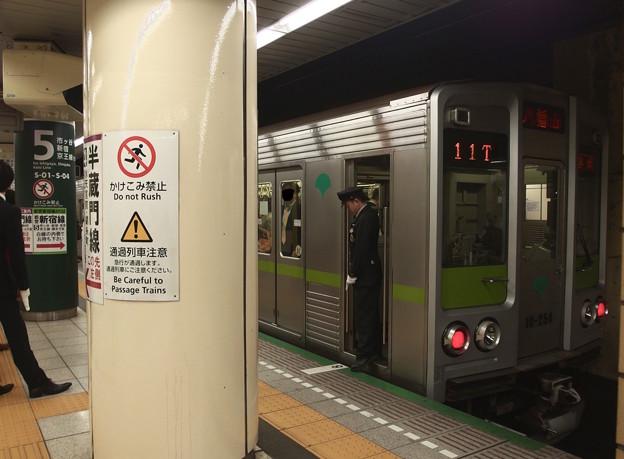 都営新宿線九段下駅5番線 都営10-250F各停八幡山行き停止位置よし