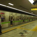 Photos: 都営新宿線神保町駅2番線 都営10-325F急行大島行き客終合図