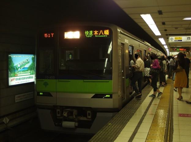 京王新線初台駅2番線 都営10-400F快速本八幡行き