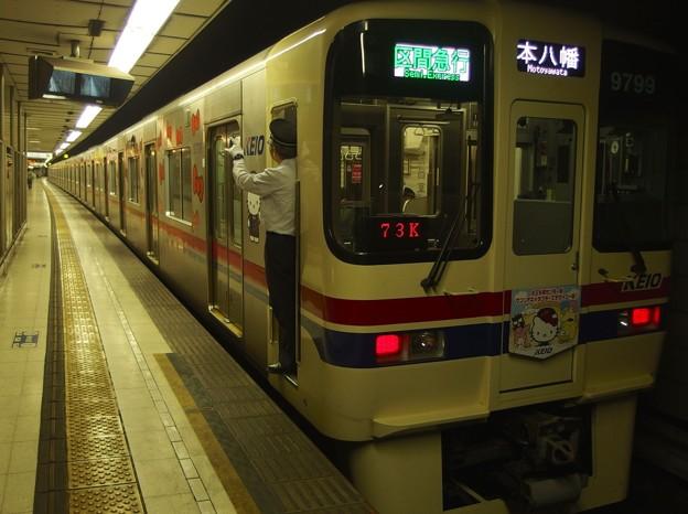 京王新線初台駅2番線 京王9049(サンリオラッピング)区急本八幡行き側面よし