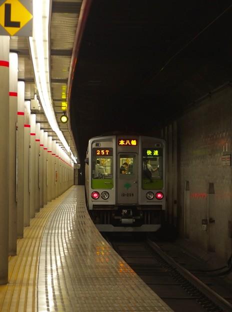 京王新線幡ヶ谷駅2番線 都営10-250F快速本八幡行き前方確認