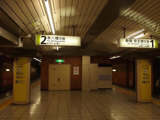 都営新宿線浜町駅 新宿方面寄り(方面表示をいれて撮影)
