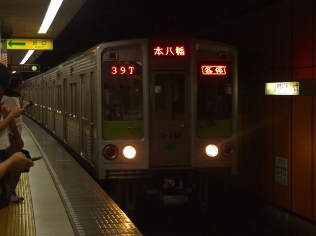 都営新宿線新宿三丁目駅2番線 都営10-240F各停本八幡行き進入