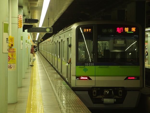 都営新宿線市ヶ谷駅1番線 都営10-320F急行笹塚行き停止位置よし
