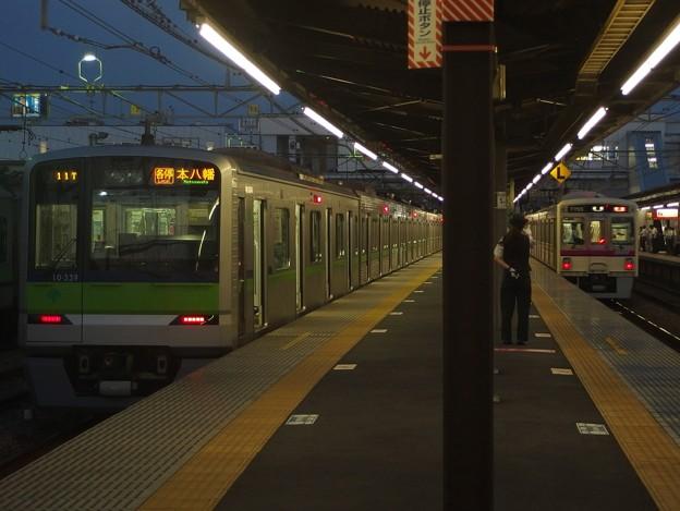 京王線桜上水駅4番線 都営新宿線10-330F各停本八幡行き通過待ち