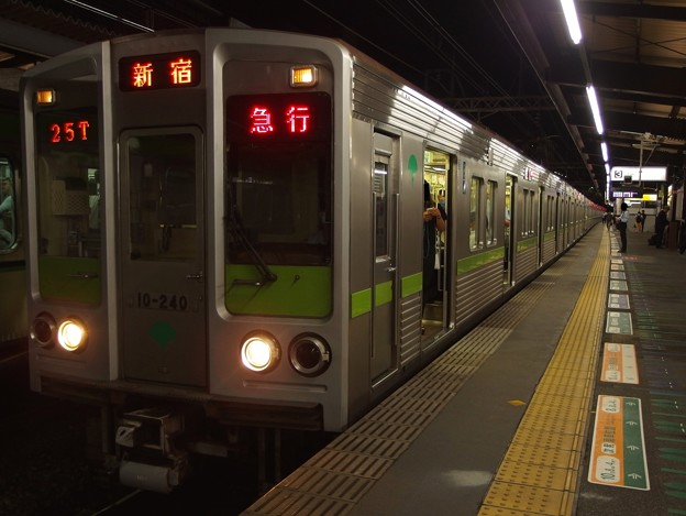 京王新線笹塚駅3番線 都営10-240F急行新線新宿行き正面