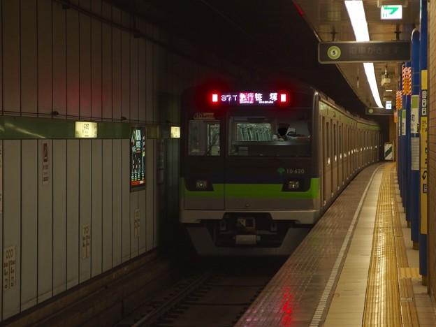 Photos: 都営新宿線岩本町駅1番線 都営10-620F急行笹塚行き通過後方確認