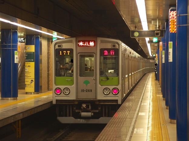 Photos: 都営新宿線岩本町駅3番線 都営10-260F急行本八幡行き通過(4)