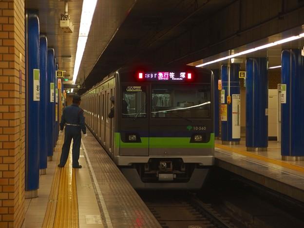 都営新宿線岩本町駅2番線 都営10-560F急行笹塚行き通過前方確認