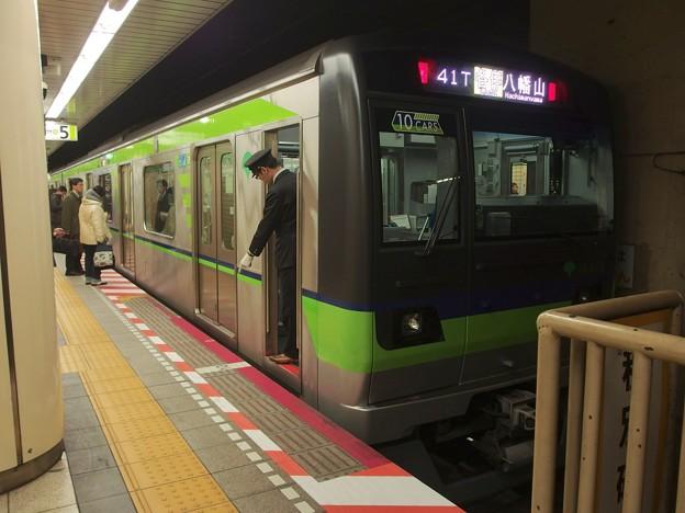 都営新宿線九段下駅5番線 都営10-610F各停八幡山行き停止位置よし