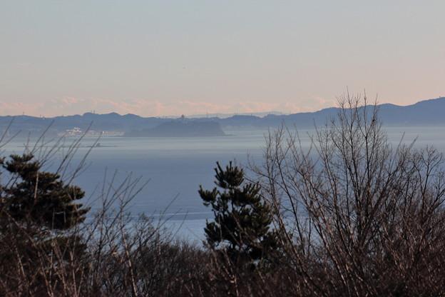霞む江の島と烏帽子岩