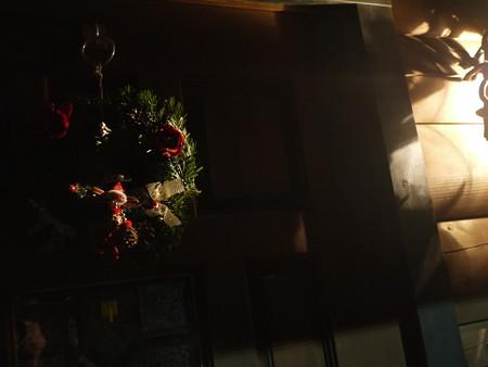 夜の玄関のクリスマスリース撮影、、難しい