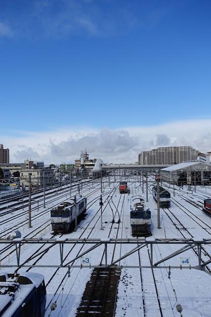雪に中で休む機関車たち