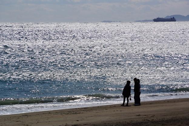 海岸で遊ぶ人たち