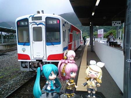 釜石駅に到着です。 ルカ:「やっと朝ごはんですね」 リン:「もぉぉ...