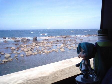 沢の黒付近。 ミク:「紺碧の海ですねー♪ 本当に晴れてよかったで...
