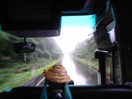 釧路町昆布森村付近。国道44号、雨に煙る原生林の中をひた走ります。