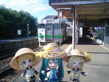 浦幌駅に停車。発車時刻は 15:55、17分待ちです。 レン:「めっちゃ...