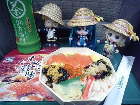 朝食駅弁、今回は「海鮮えぞ賞味」をいただきます\(゜∀゜)/