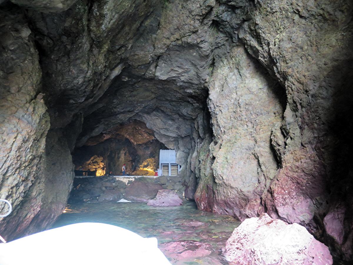 海から洞窟内