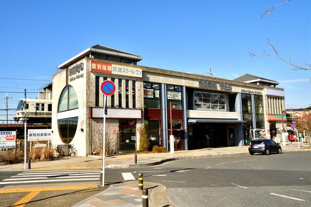 2017_0128_140037 JR奈良線の221系電車が京阪電車宇治駅を通る