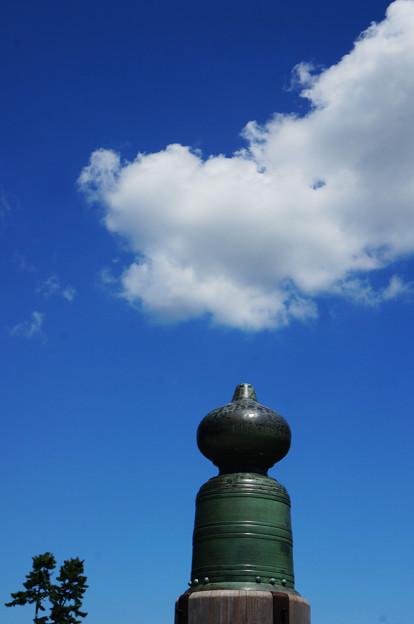 写真: 橋の上の雲
