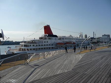 100322-大桟橋 客船2隻 (112)