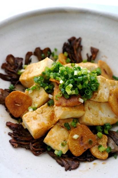 写真: 焼きチーズ豆腐のガリバタ醤油味