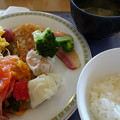 写真: DSC02765 朝6時半 サーモンのマリネ 海老シュウマイ ホタテシュウマイ 自家製豆腐などで 朝食をサクッとすませ
