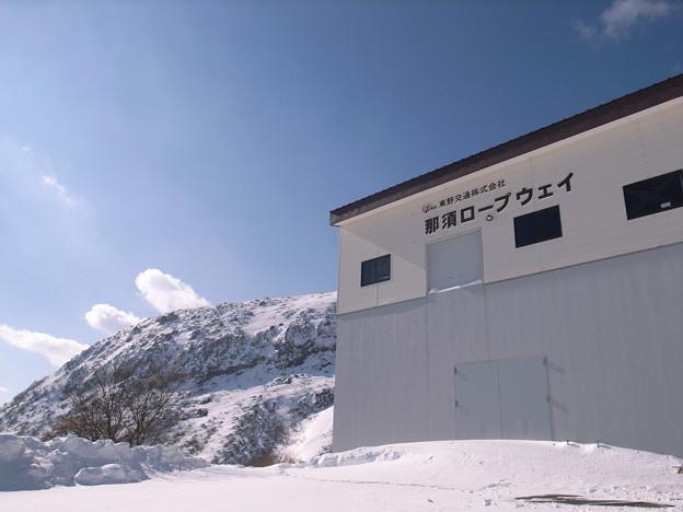 日本の山 雪山講習会 那須茶臼岳 夏は観光客で賑わう那須ロープウェイも雪で閉ざされています。