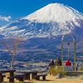 写真: 誓いの鐘と富士山