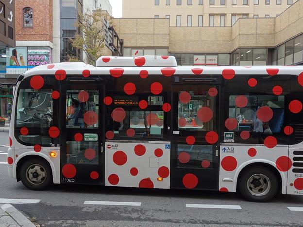 草間彌生の水玉バス (長野県松本市中央)