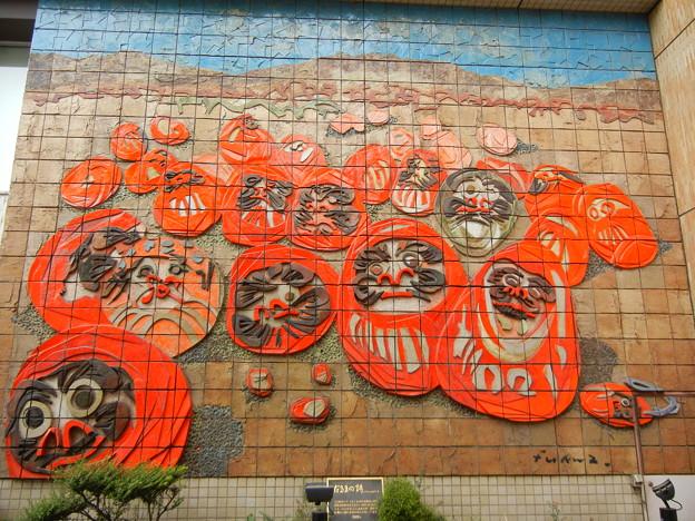 写真: 高崎駅のダルマの壁画 (群馬県高崎市)