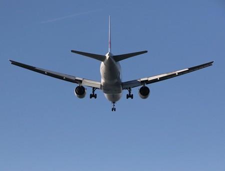 A滑走路へ進入する飛行機後景(4)