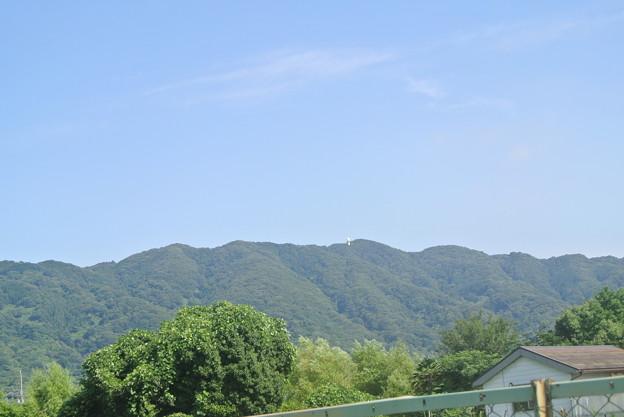 外環状道路付近から高安山を望む