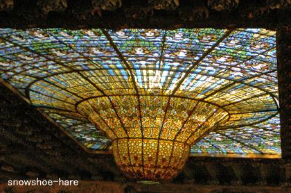 2階から見た天井のステンドグラス