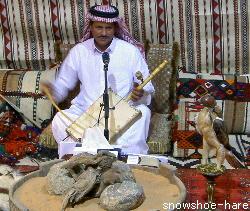 楽器を弾きながら歌う男性