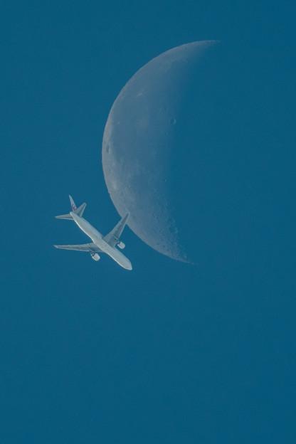 月と旅客機
