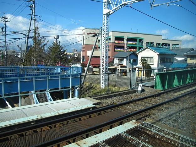 写真: 松本駅発車直後